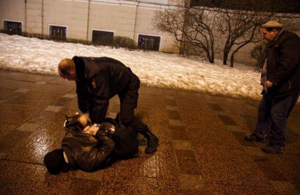Три человека остаются вполиции после задержания активистов наНевском