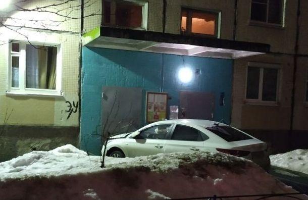 Водитель наКосыгина въехал вдверь подъезда