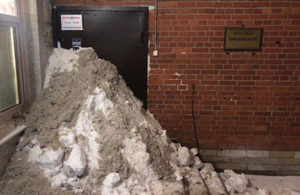 Петербуржцы сгребают снег под двери управляющих компаний