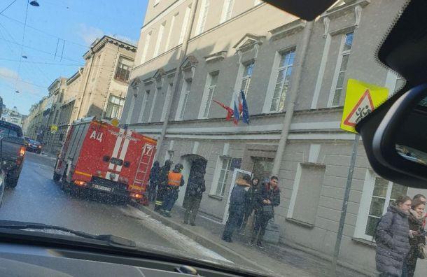 Вслед зашколами вПетербурге эвакуируют вузы
