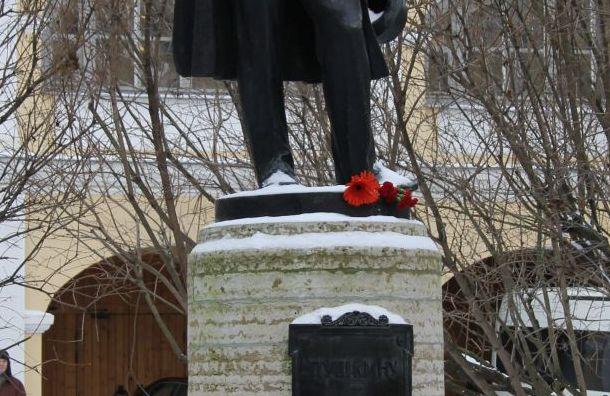 Беглов возложил цветы кпамятнику Пушкина