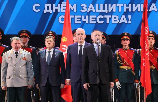 Беглов возложил цветы кМонументу героическим защитникам Ленинграда