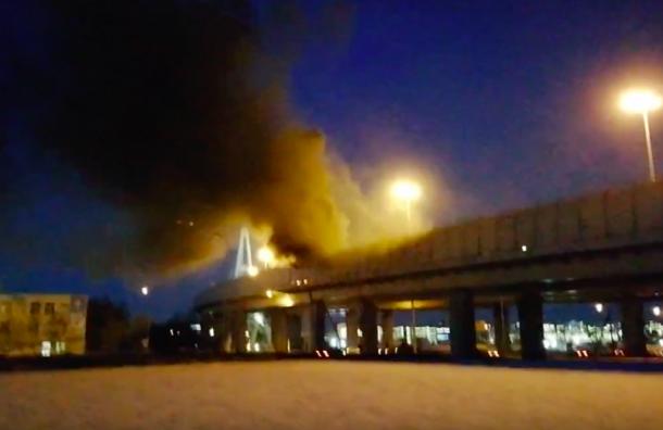Кабина фуры полностью сгорела наВантовом мосту