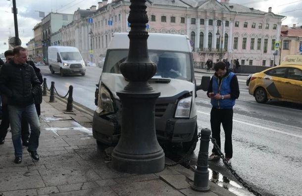 Микроавтобус едва невылетел натротуар Невского проспекта