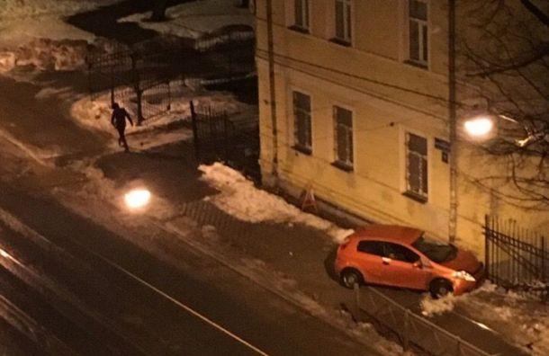 Нетрезвый водитель припарковался, врезавшись вдом вНевском районе
