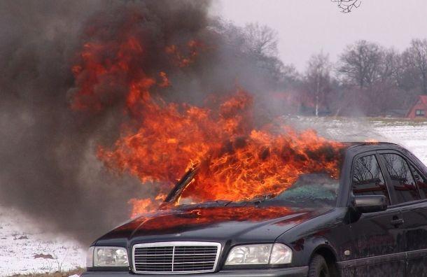 Пожар насевере Петербурга зацепил три автомобиля