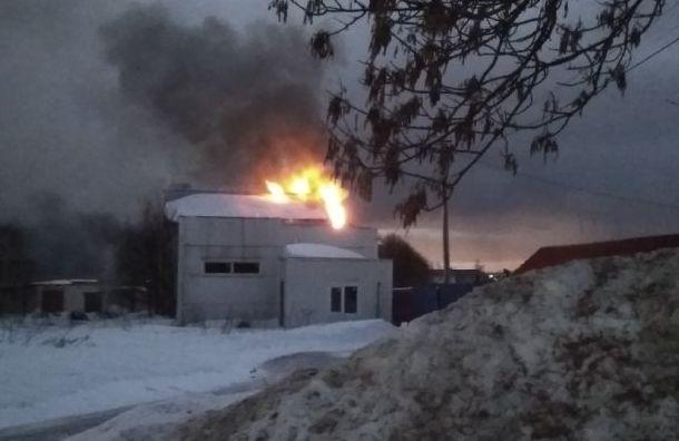 Сильный пожар тушили внедостроенном автосервисе вЛенобласти