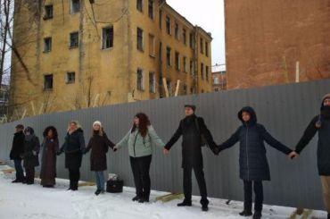 Петербургские активисты «обняли Тележную»