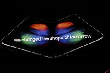 Корпорация Samsung представила смартфон соскладным экраном