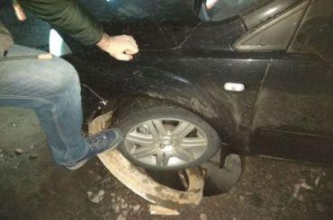 Иномарка угодила колесом воткрытый люк наСреднеохтинском проспекте