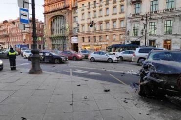 Toyota выбила Mercedes натротуар Невского проспекта