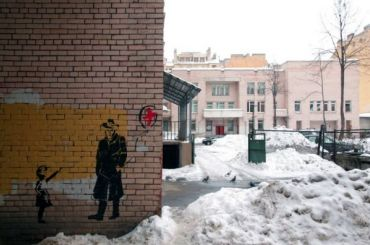 Стрит-арт, посвященный закрытию детской поликлиники, появился вПетербурге