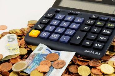 Евро упал ниже 74 рублей впервые соктября прошлого года