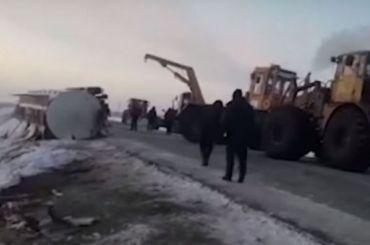 Жители Казахстана ведрами черпали спирт после ДТП сфурой