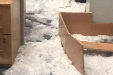 Сотрудники МФЦ пострадали при обвале стеклянной крыши из-за наледи