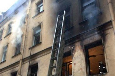 Пожар вчетырехкомнатной квартире тушили наПетроградской стороне