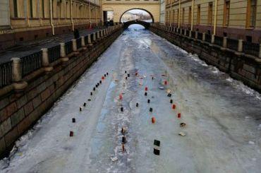 Петербургский художник выстроил книги нальду Зимней канавки