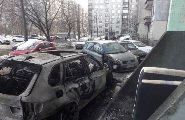 Неизвестные сожгли припаркованную упетербургской парадной BMW