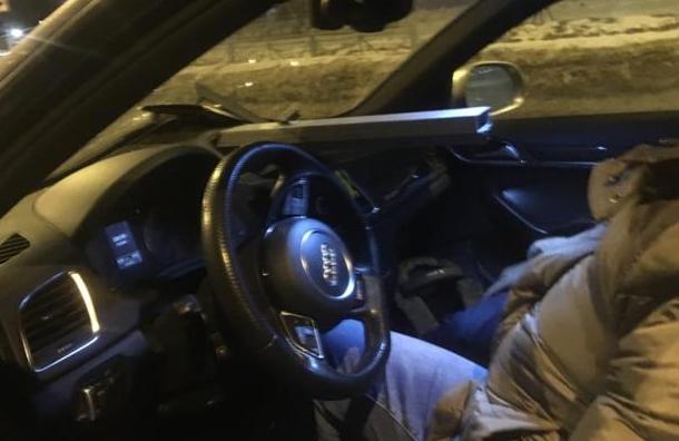 Автомобилиста вПетербурге чуть непроткнуло куском ограды