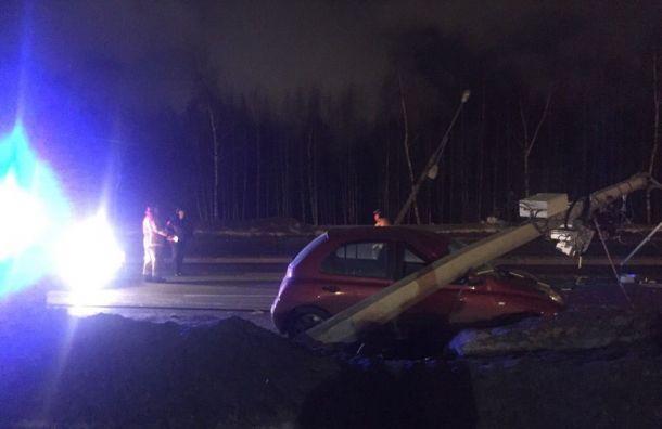 Два столба рухнули наавтомобили наШуваловском проспекте