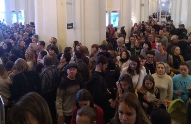 Посетителей Эрмитажа эвакуировали вдень бесплатного входа