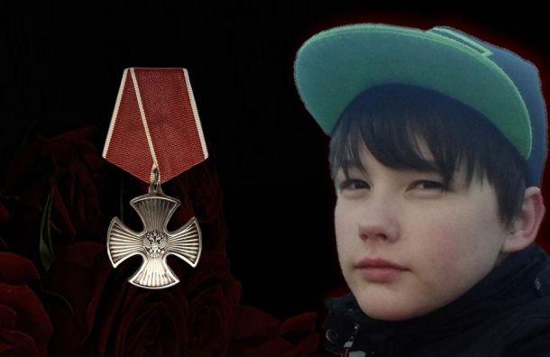 Путин посмертно наградил орденом мальчика, который пытался спасти мать