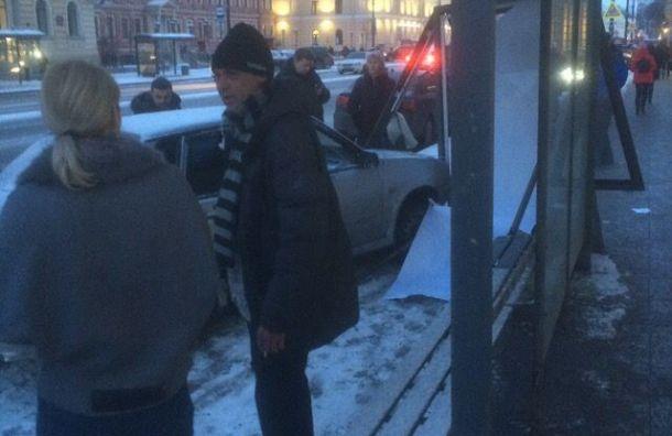 Два автомобиля влетели вавтобусную остановку наНевском
