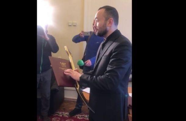 Депутат вручил Урганту золотую лопату зауборку снега