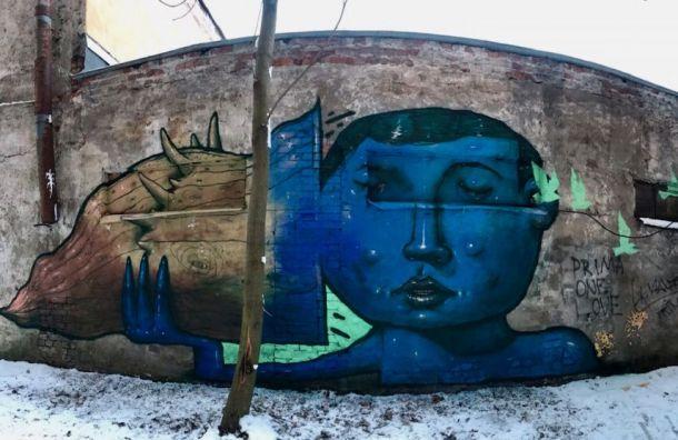 Новый стрит-арт вПетербурге посвящен проблеме потери слуха