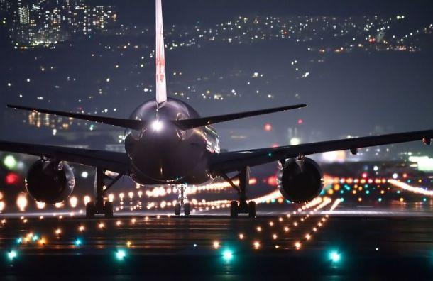 Самолет изПетербурга избежал вМоскве столкновения спогрузчиком