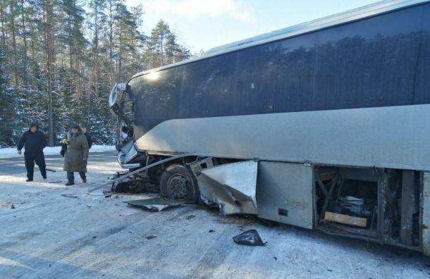 Один человек погиб при столкновении легковушки савтобусом на«Коле»