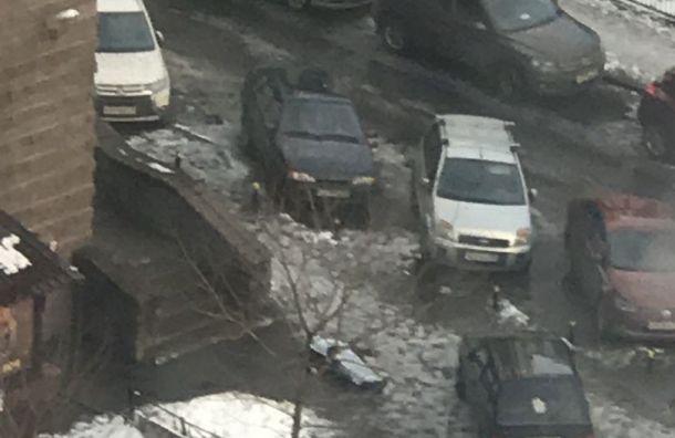 Очевидцы: наКосмонавтов погиб поскользнувшийся мужчина