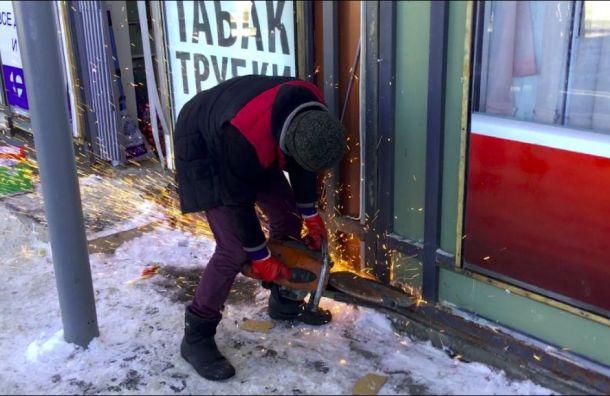 Незаконные ларьки сносят устанции метро «Озерки»