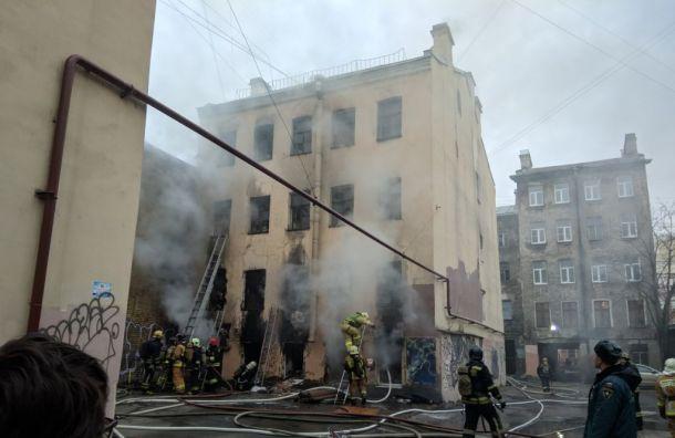 Один человек погиб впожаре вцентре Петербурга