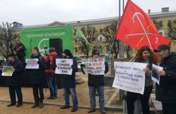 Митинг взащиту парков искверов Петербуга проходит наплощади Ленина