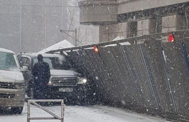 Штормовой ветер валит заборы идеревья намашины вПетербурге