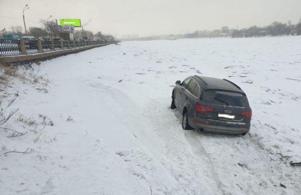 «Порыбачил ихватит»: Audi вылетел вНеву сОктябрьской набережной
