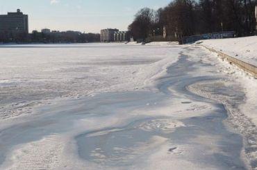 Двое детей провалились под лед Невы наОбуховской обороны