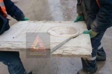 Рабочие разбили мемориальную доску академику Комарову вПетербурге