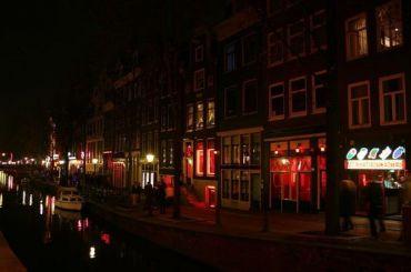 Власти Амстердама запретят водить туристов вквартал красных фонарей