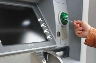 Неизвестные вырвали банкомат «Альфа банка» изстены ТРК вПушкине