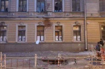 Фонтан кипятка наКараванной улице разбил окна вдоме