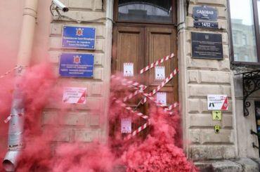 Активисты «заблокировали» офис Роскомнадзора вПетербурге