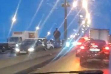 Движение поУшаковской развязке перекрыли из-за массовой аварии