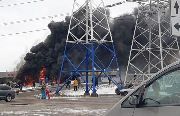 Спасатели локализовали пожар вздании СТО наМаршала Казакова