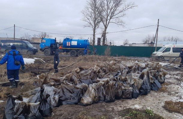 Реку Кузьминку очищают отразлива нефтепродуктов