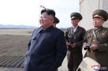 Свита Ким Чен Ына невлезла влимузин ипобежала следом замашиной