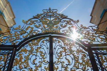 Золотым воротам Екатерининского дворца вернули блеск