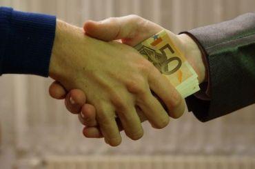 Петербургского налоговика подозревают вполучении взятки