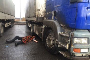 Дальнобойщика обнаружили мертвым возле заправки наКАД